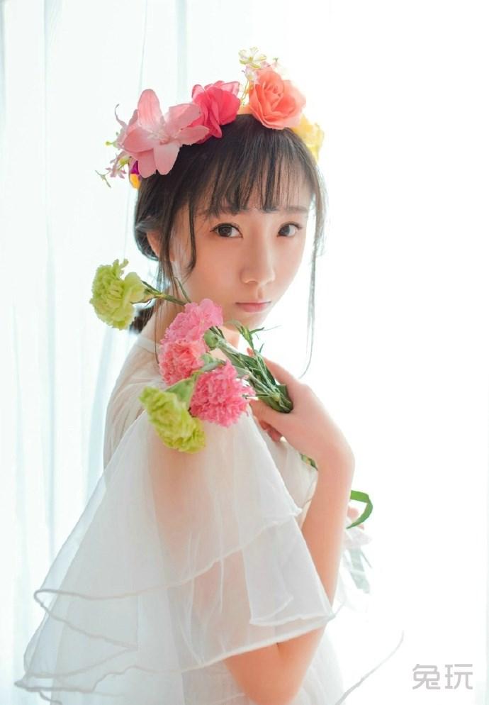 白纱长裙花环少女