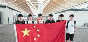 中国战队出征日 RNG队员手举国旗亮相机场