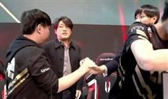 RNG教练面对AJ眼神复杂 赢比赛却笑不出来