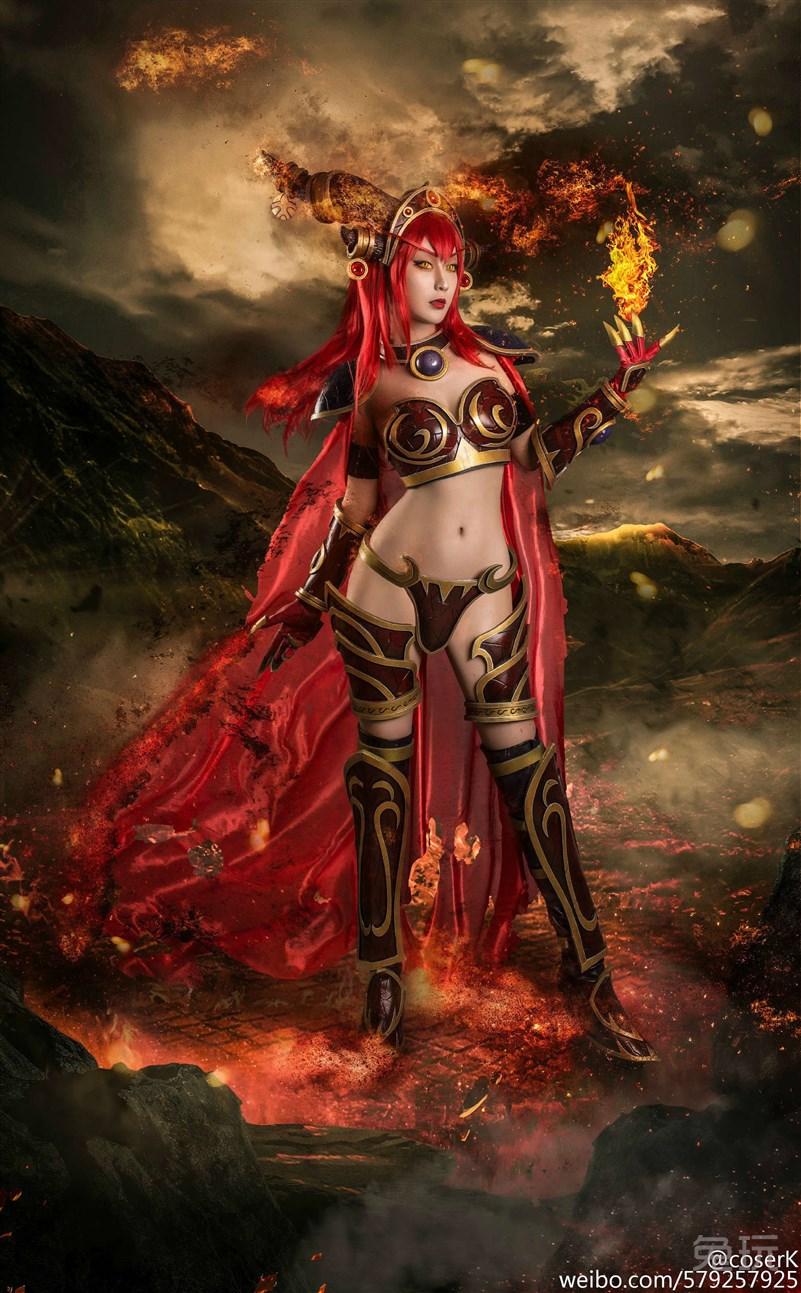 众所周知,炉石传说中的阿莱特斯塔萨原型是《魔兽世界》中的红龙女王,这位高贵的女王除了龙形态外,还会在和人类交流时展现另外的一个为人所熟知的形象。