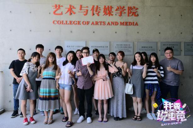 (7月11日 remember,徐鲤,郭佳庆和同学们的课后合照)