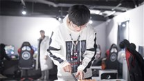教练Heart李官炯加入EDG后的第一个生日!