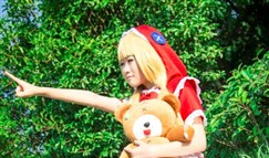 萌萌软妹COS小红帽安妮 小熊玩偶吐舌抢镜